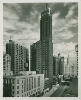 Carbide_and_Carbon_Building_Michigan_Avenue_Chicago_1940s
